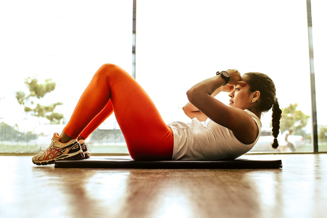 woman doing crunches in gym working out